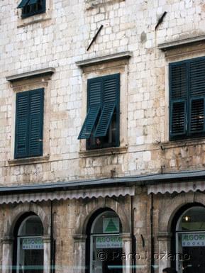 Dubrovnik: niña en una ventana