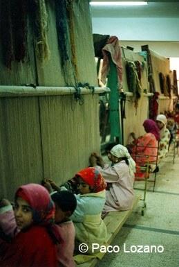 Niños egipcios tejiendo alfombras