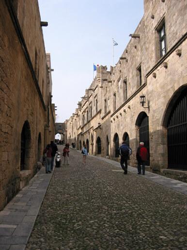 Hacia el palacio del Gran Maestre: la calle de los Caballeros
