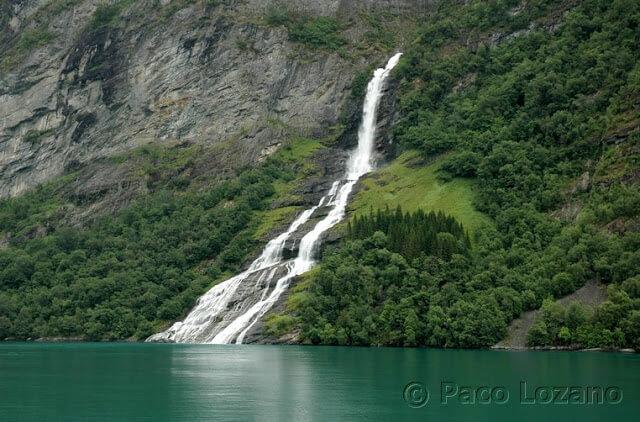Cascada en el fiordo de Geiranger, Noruega