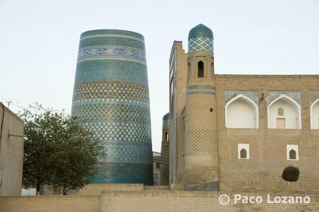 Minarete y madrasa en Jiva (Khiva), Uzbekistán