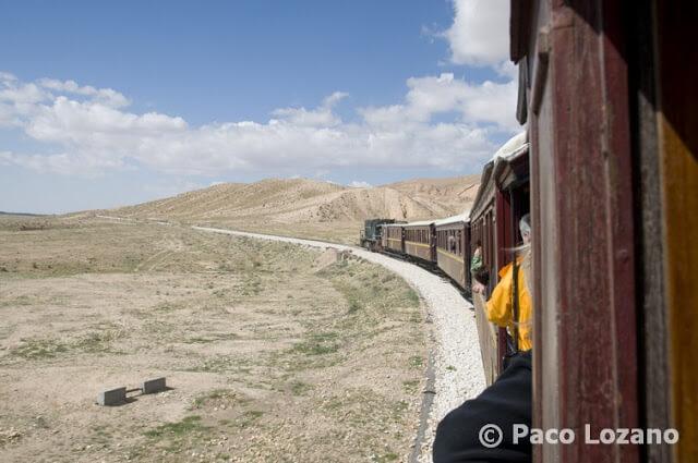 El tren Lezard Rouge (lagarto rojo), en la garganta de Selja, Túnez