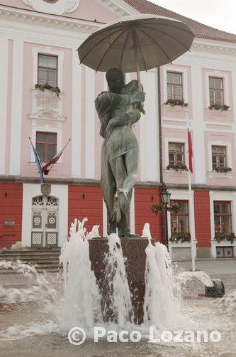 Tartu, Estonia, estudiantes besándose