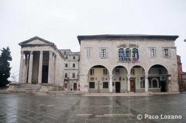 Pula (Istria): ayuntamiento y templo de Augusto