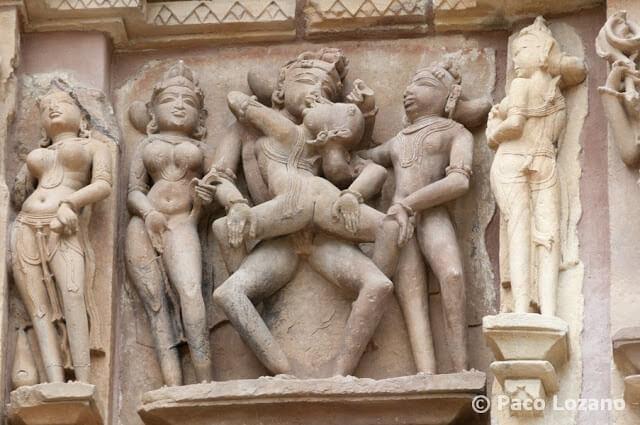 Escena erótica en un templo de Khajuraho