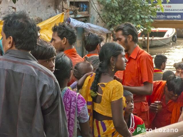 El baño en el sagrado Ganges en Varanasi