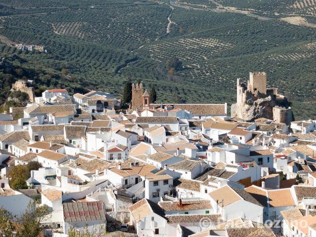 Vista de Zuheros y su castillo