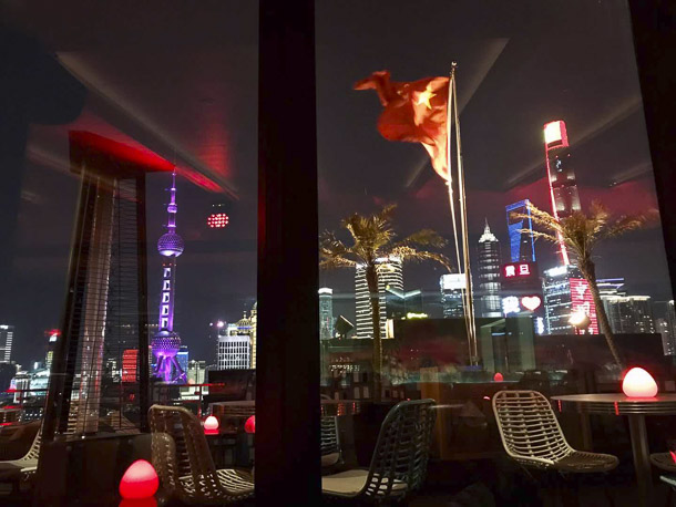 Bar sin clientes frente a Pudong